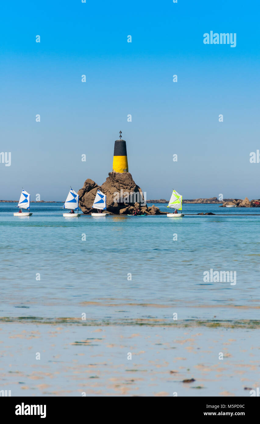 """Kleine racing Segelboot in der Klasse """"Optimist"""". Ausbildung und Praxis., Frankreich Stockbild"""