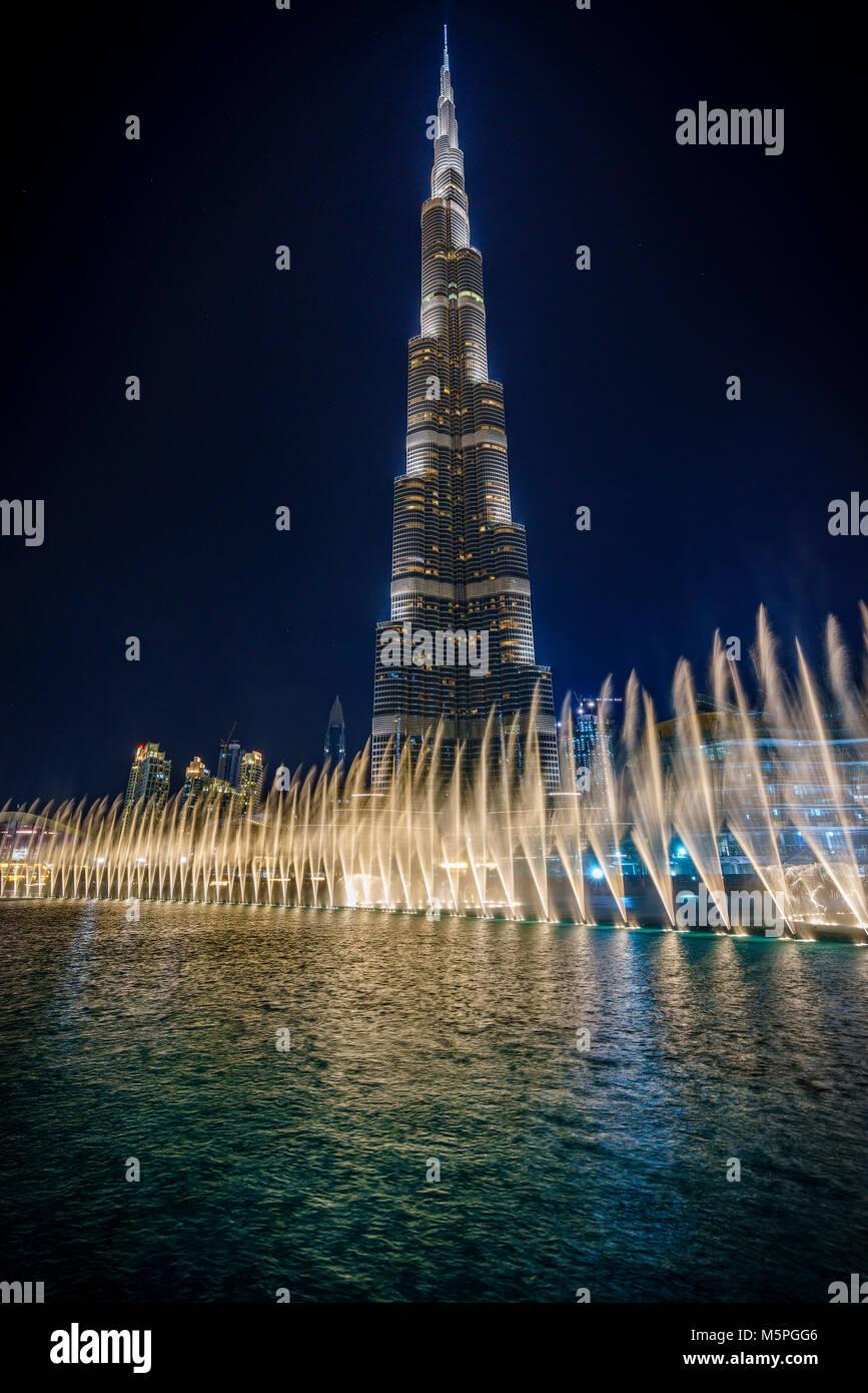 Brunnen vor der eindrucksvolle Burj Khalifa in Dubai bei Nacht Stockbild