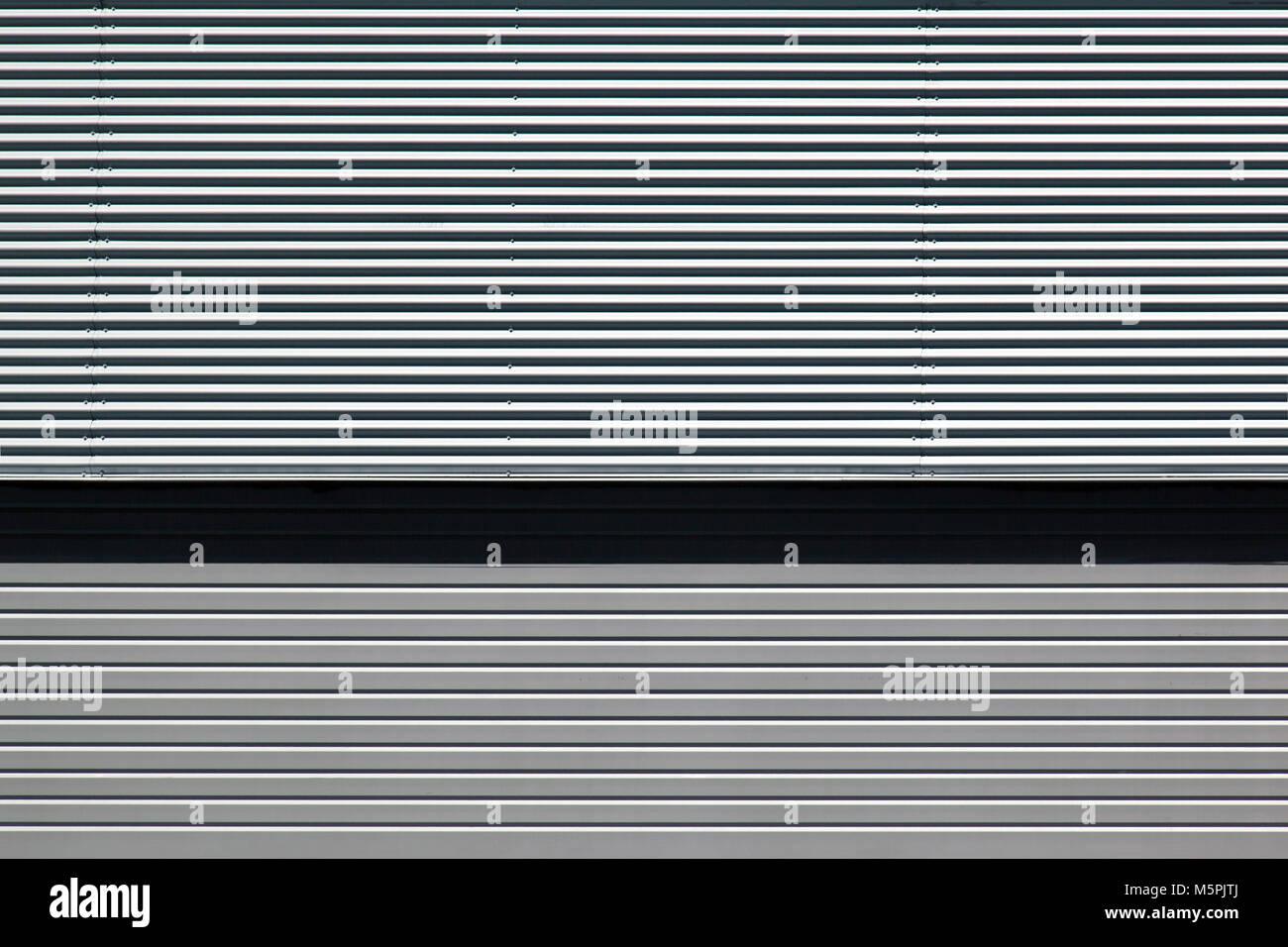Eine Aussicht auf ein Metall Garagentor und die Fassade eines ...