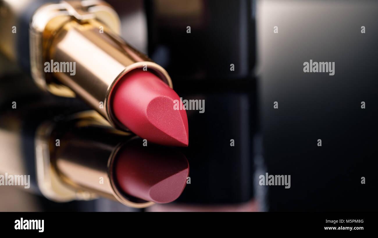 Mode bunte Lippenstifte auf schwarzen Hintergrund mit Platz für Text. Lippenstift Farbtöne Palette, professionelles Stockbild