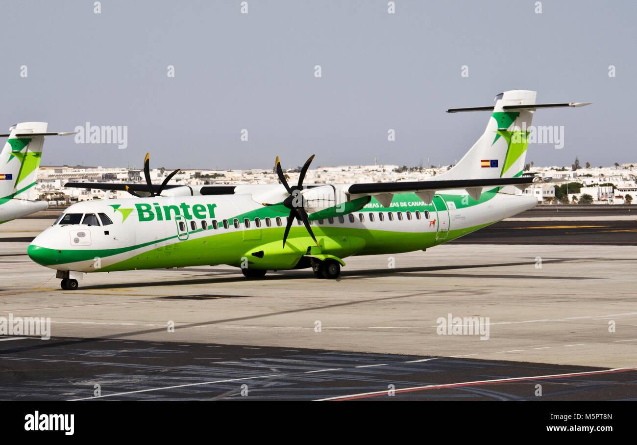 LANZAROTE, KANARISCHE INSELN, SPANIEN - 15. JULI 2012: Binter Canarias Flugzeuge am Flughafen Lanzarote am 17. Juli Stockbild