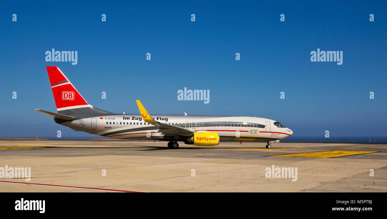 LANZAROTE, KANARISCHE INSELN, SPANIEN - Juli 7, 2012: TUI fly Flugzeuge am Flughafen Lanzarote am 7. Juli 2012 in Stockbild