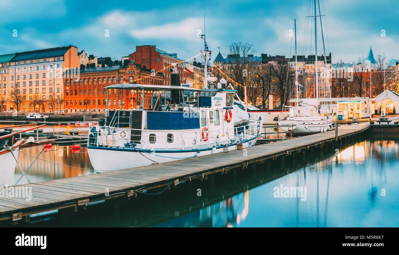 Helsinki, Finnland - 6. Dezember 2016: Boot in Abend Beleuchtung am Pier. Stockbild