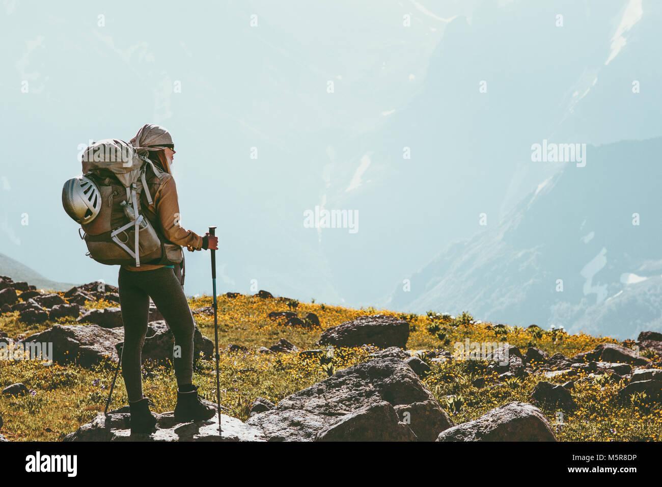 Frau Trekking mit Rucksack Adventure Travel gesunder Lebensstil Konzept outdoor Sommer aktiv Urlaub Stockbild