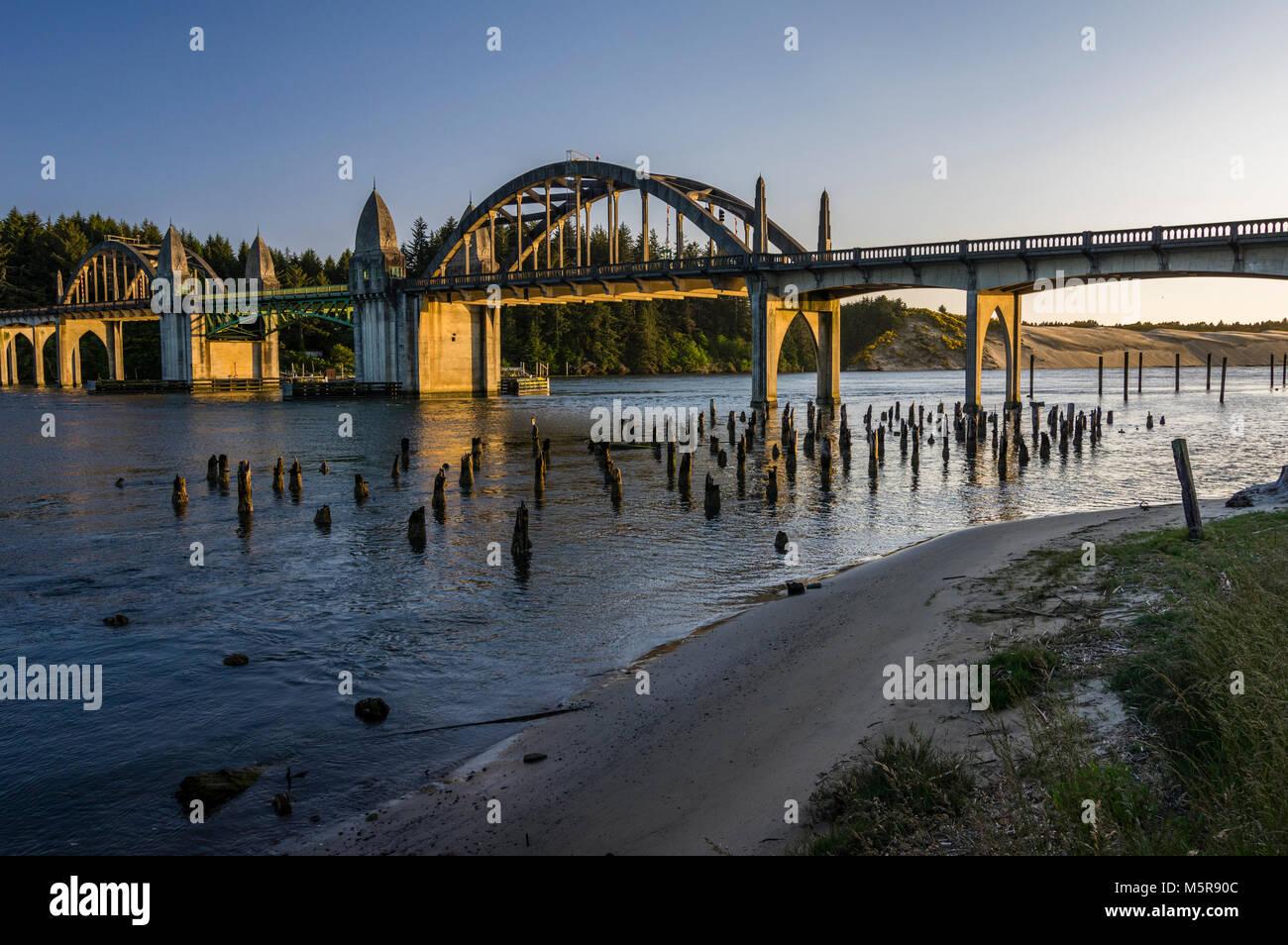 Siuslaw River Bridge in Florenz Oregon trägt uns 101 über die siuslaw River Stockbild