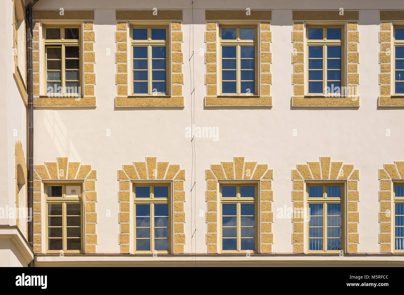 Reihen von Fenstern in den Innenhof Fassade des historischen Rathauses von Klatovy, Tschechien. Stockbild