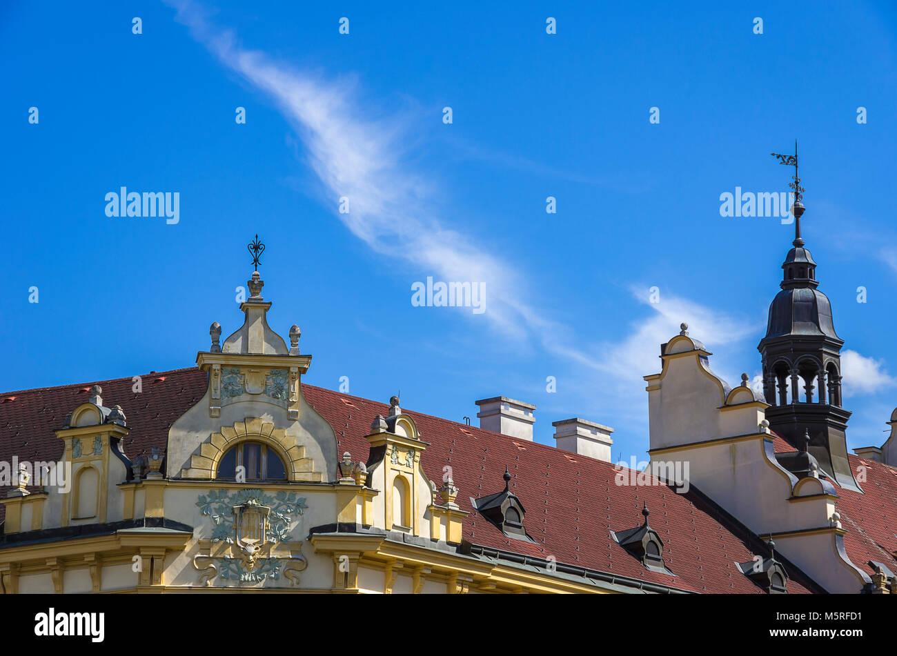 Klatovy, Tschechien - Ecke Giebel auf dem Dach eines historischen Gebäudes in der Altstadt. Stockbild