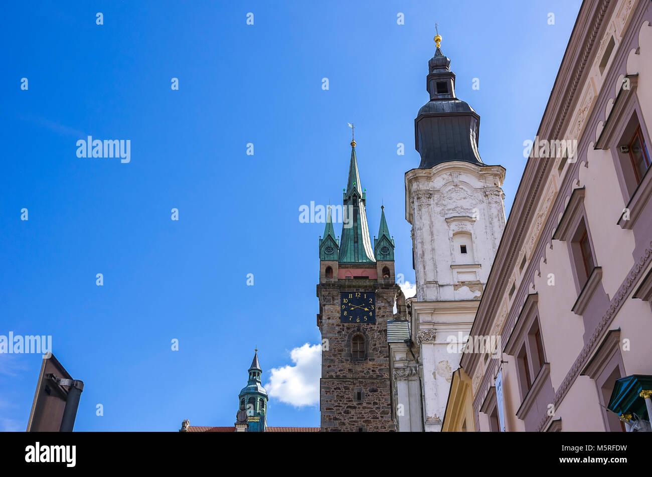 Klatovy, Tschechien - Türme und Zinnen und Türmchen von Alten Rathaus, Schwarzen Turm und Jesuitenkirche. Stockbild