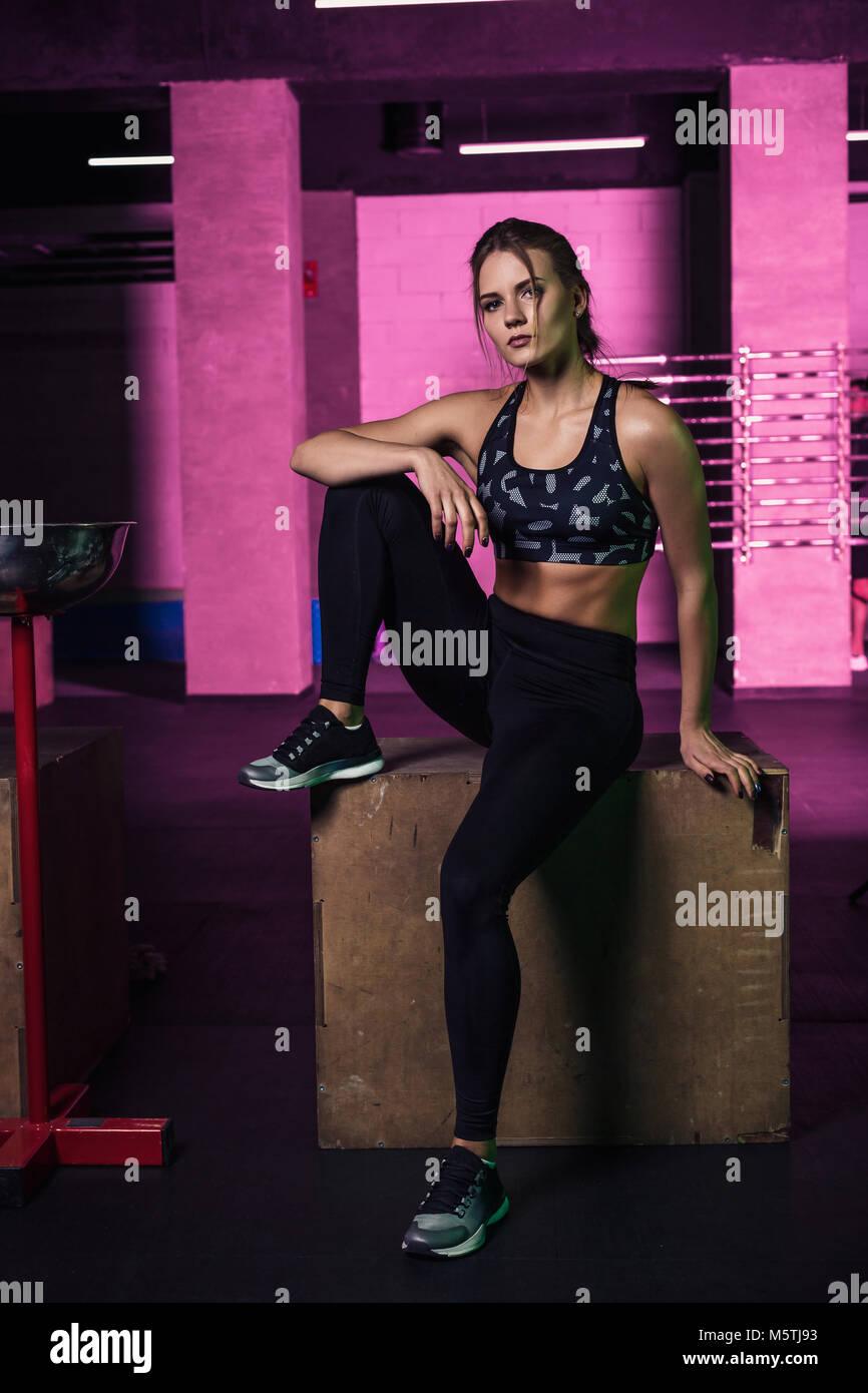 Junge Schöne Frau Die In Einem Fitness Studio Outfit Posiert