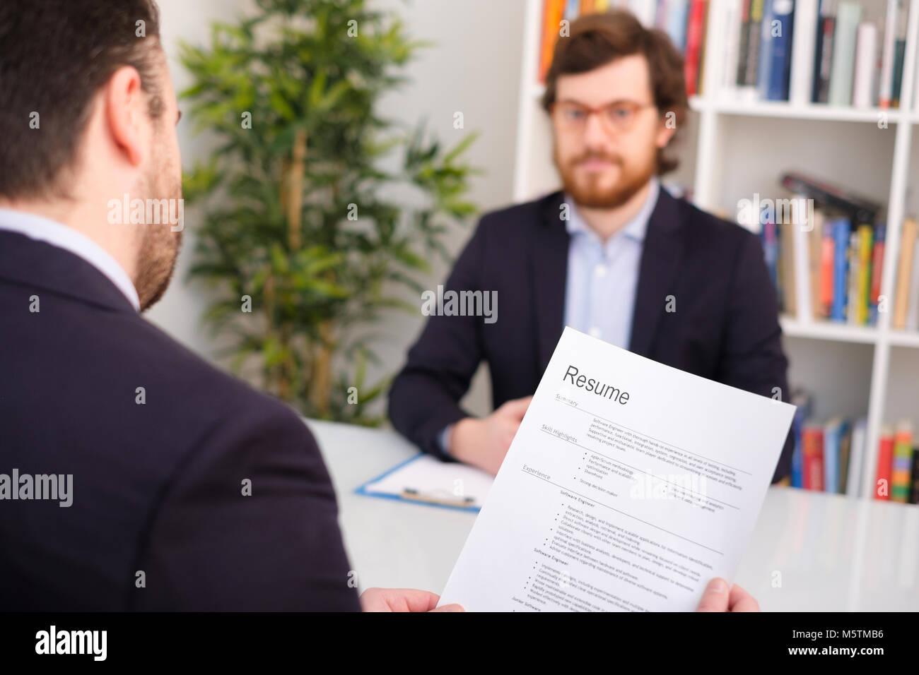 Recruiter lesen Curriculum während Vorstellungsgespräch Stockbild
