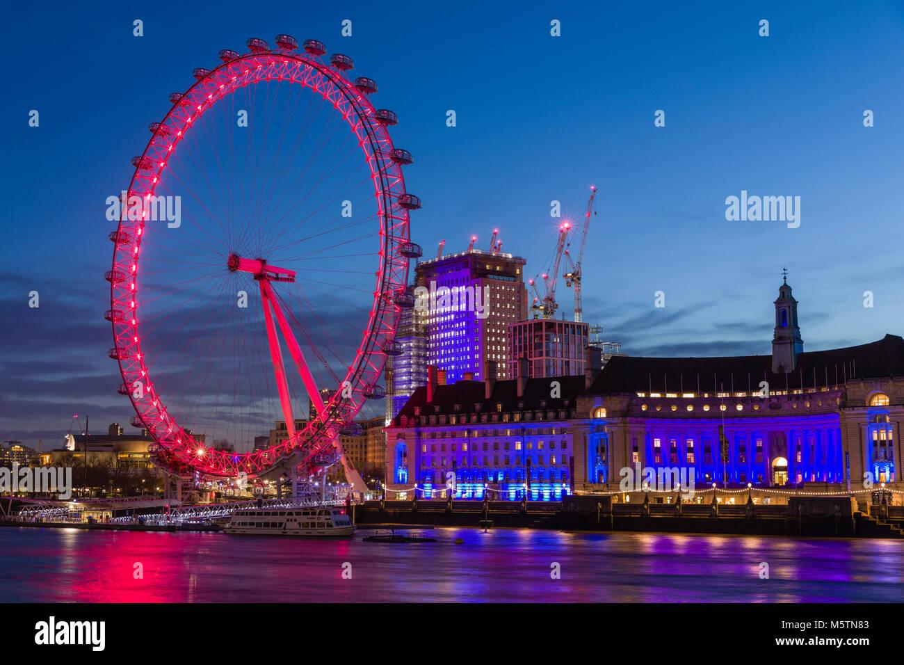 Das London Eye und der County Hall in der Morgendämmerung Stockbild