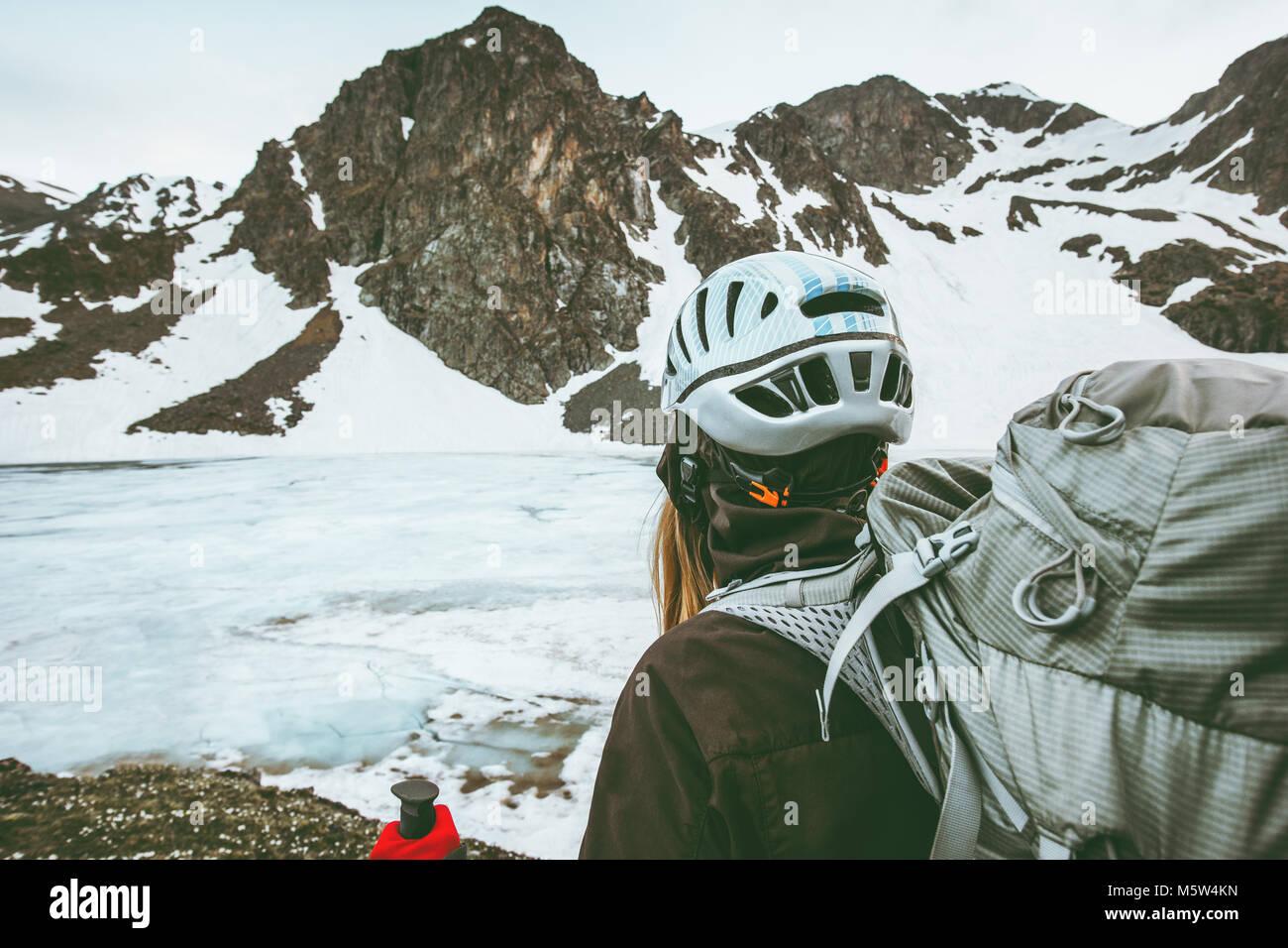 Wander Und Kletterausrüstung : Frau in den bergen wandern mit rucksack reisen lifestyle überleben