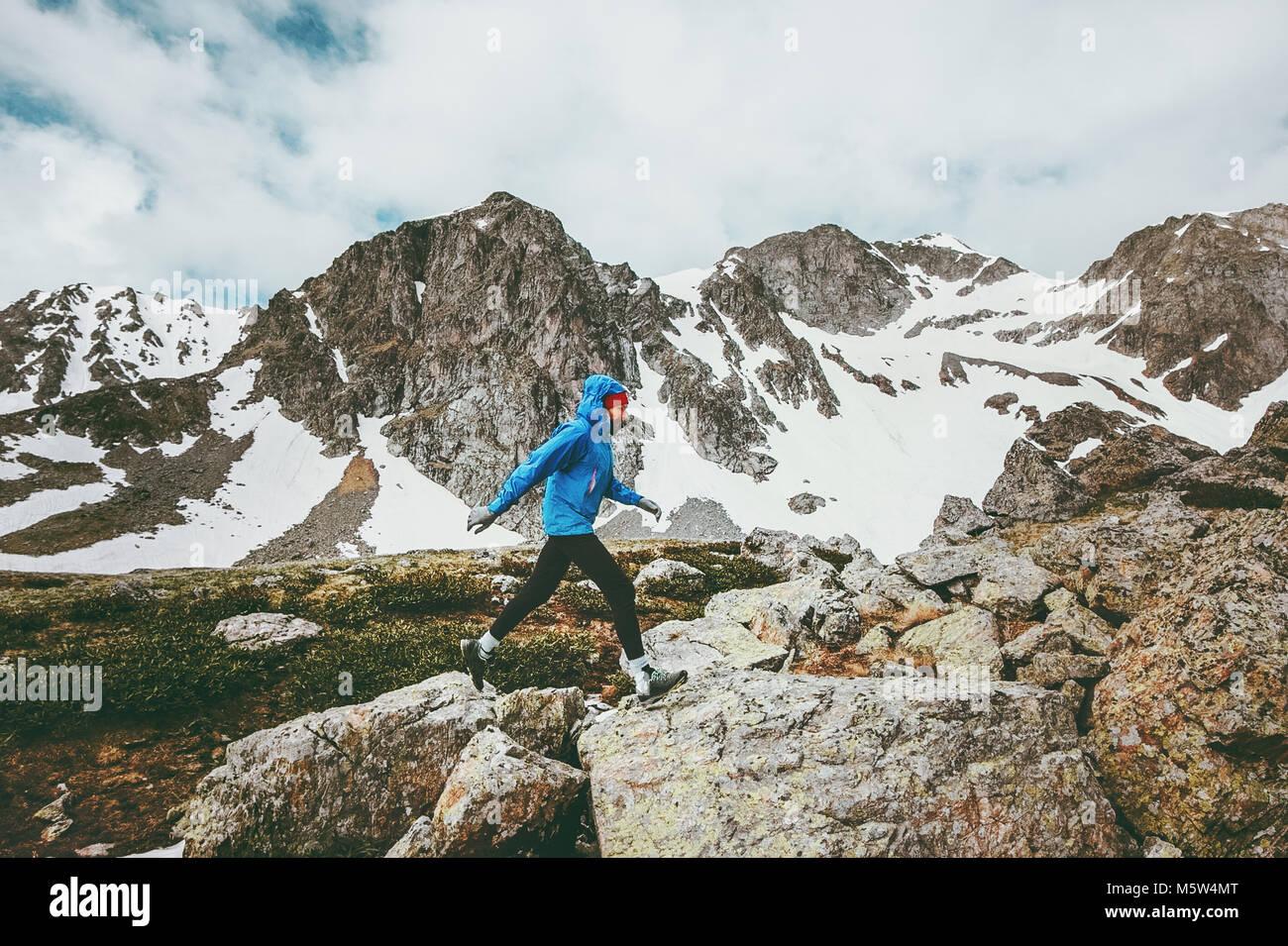Laufender Mann in den Bergen reisen Abenteuer gesunder Lebensstil Konzept Ferien skyrunning Sport Stockbild