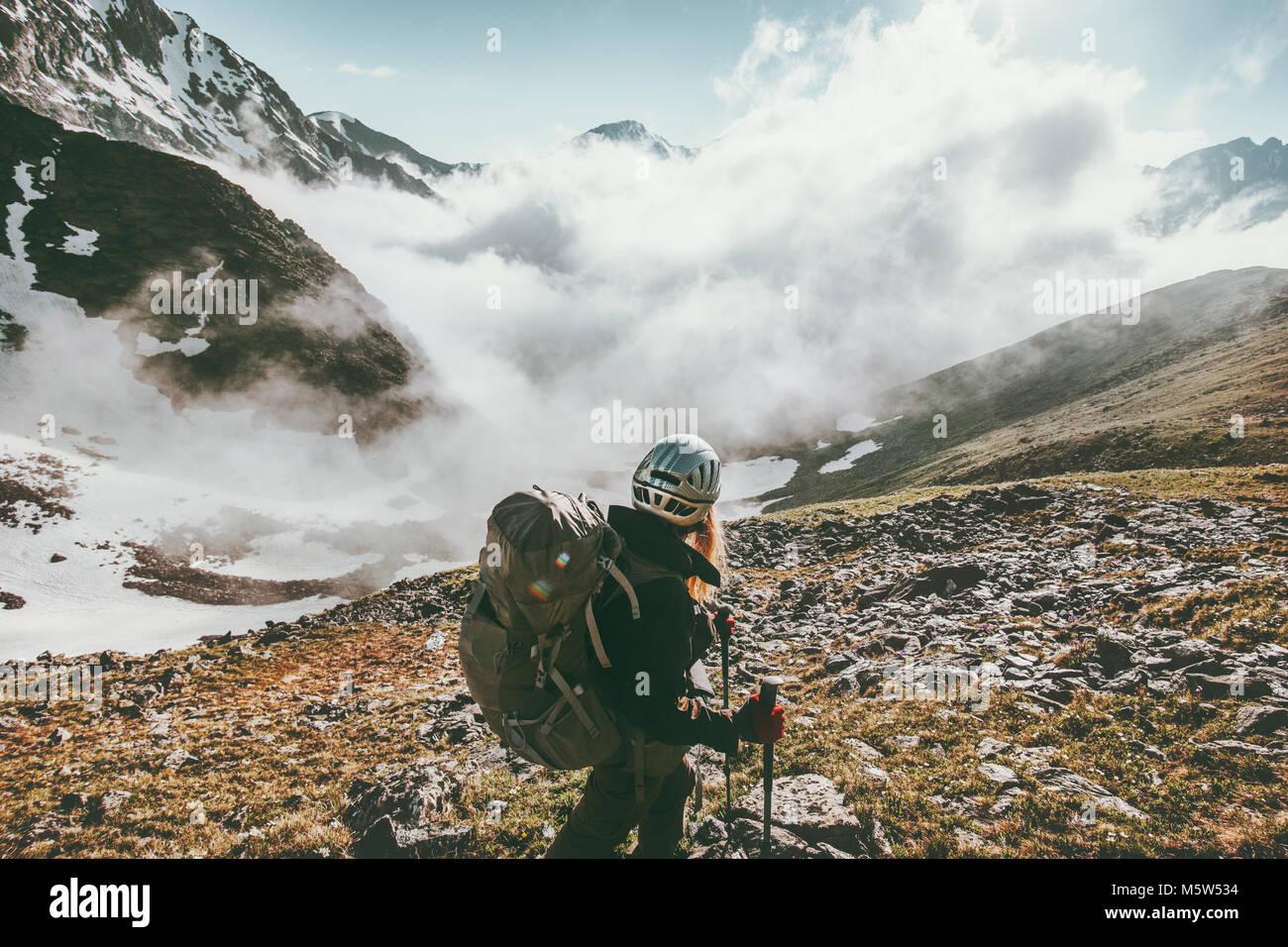 Frau wandern in nebligen Berge Reisen gesunder Lebensstil Abenteuer Konzept Aktiv Sommer Urlaub Outdoor Sport Mädchen Stockbild