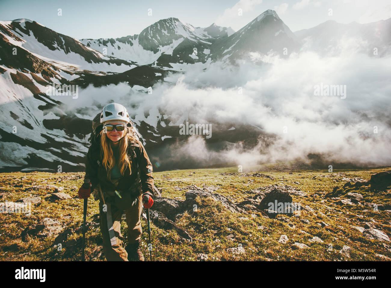 Frau traveler wandern Berge Sonnenuntergang Landschaft Reisen lifestyle Abenteuer Konzept Aktiv Sommer Ferien im Stockbild