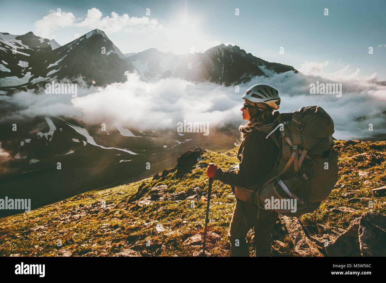 Backpacker Frau Berge Wolken Landschaft genießen Reisen lifestyle Abenteuer Konzept Aktiv Sommer Ferien im Stockbild