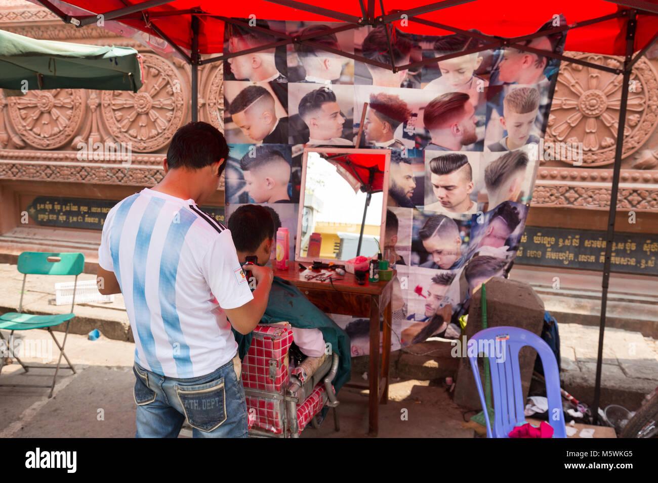 Mens Friseur an einem strassenrand Arbeiten ausgeht, Phnom Penh, Kambodscha Asien Stockbild