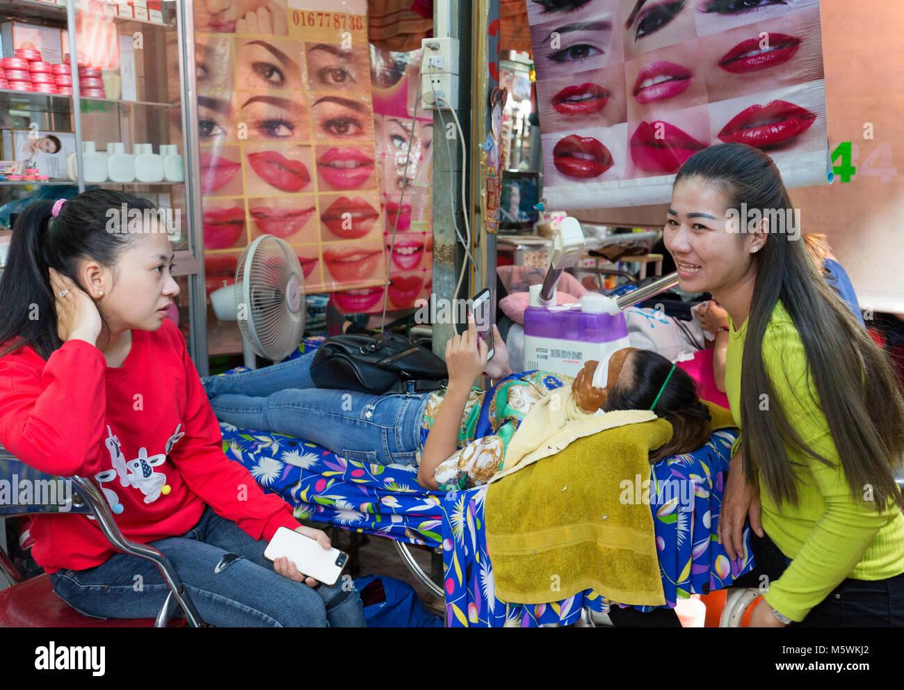 Straße Kosmetikerin, eine Gesichtsbehandlung für einen Kunden, Beispiel Kambodscha Kultur; Phnom Penh, Stockbild