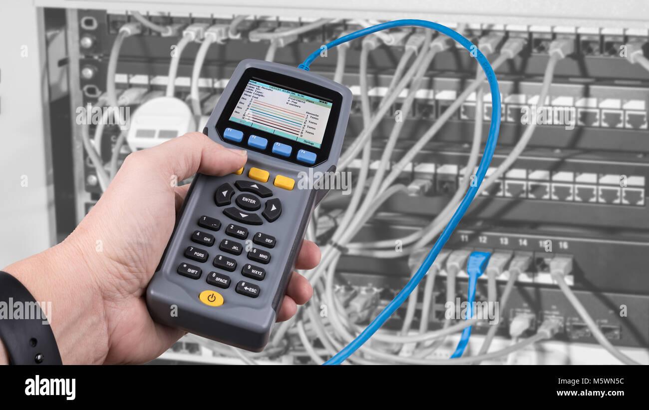 Messung ein Kabel in Patch Panels von Rack verbunden. Detail der ...