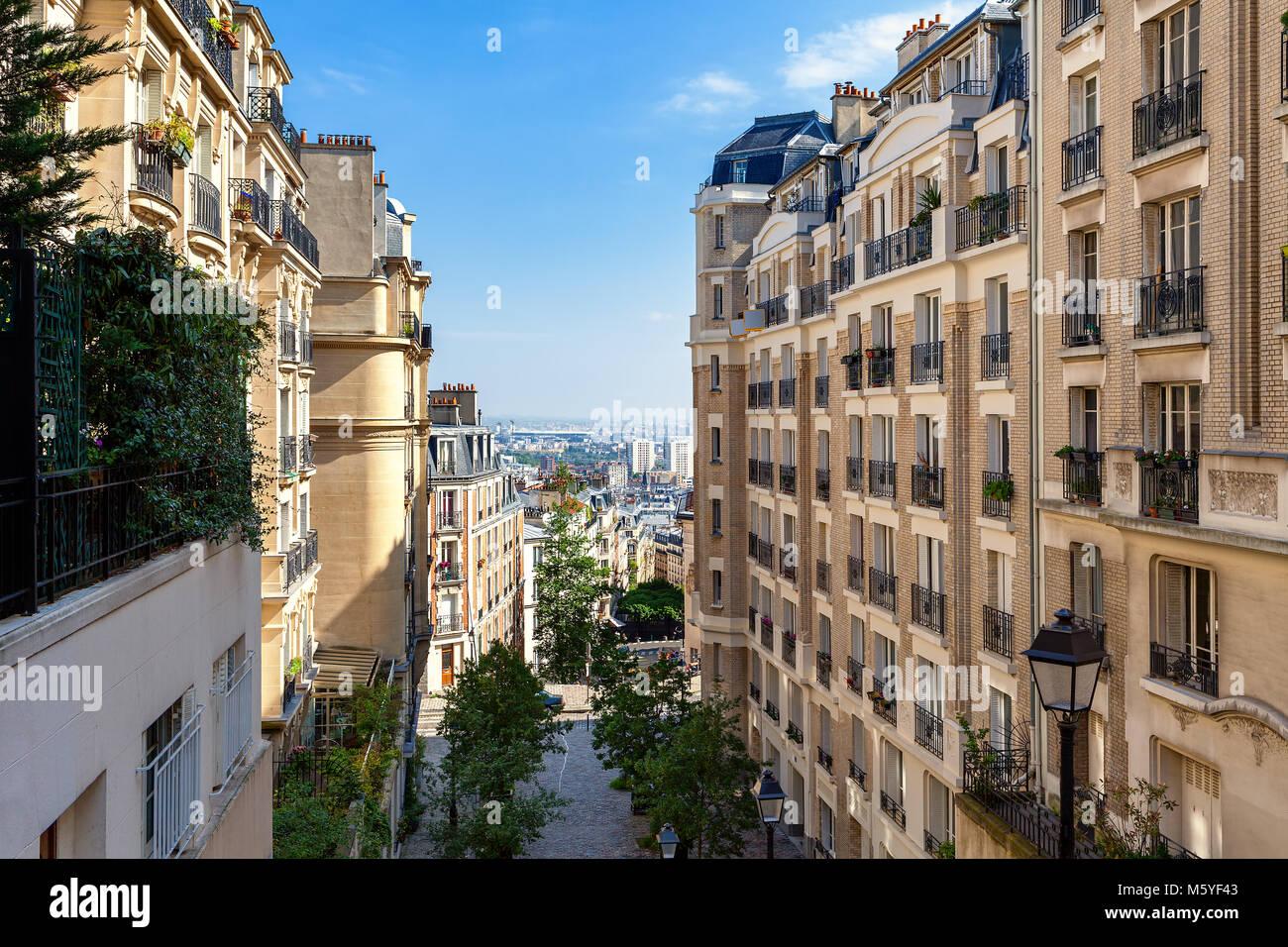 Ansicht der modernen Wohngebäuden in Montmartre in Paris, Frankreich Stockbild