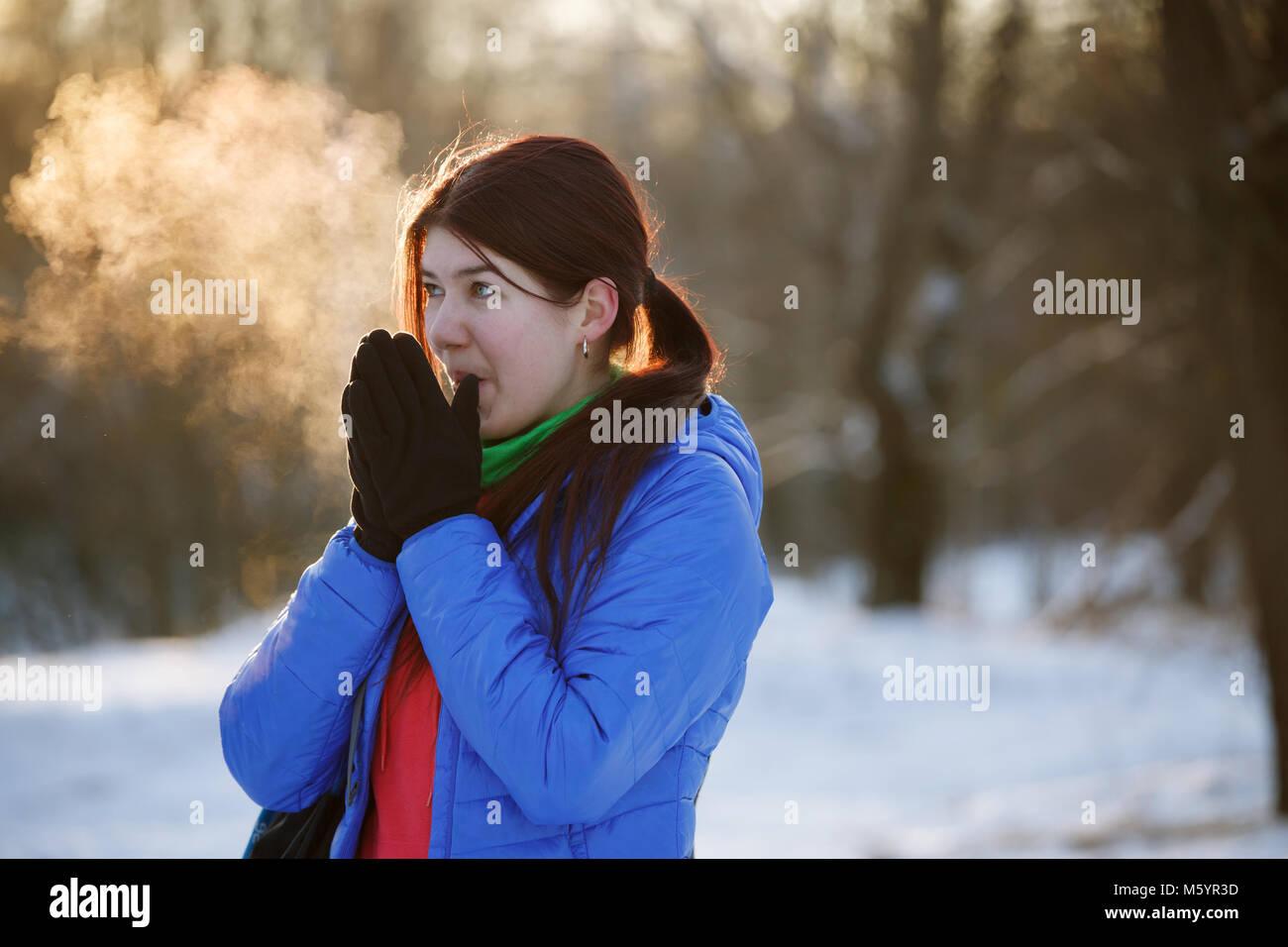 Foto von sportliche Frau die Hände wärmen im Winter Wald Stockbild
