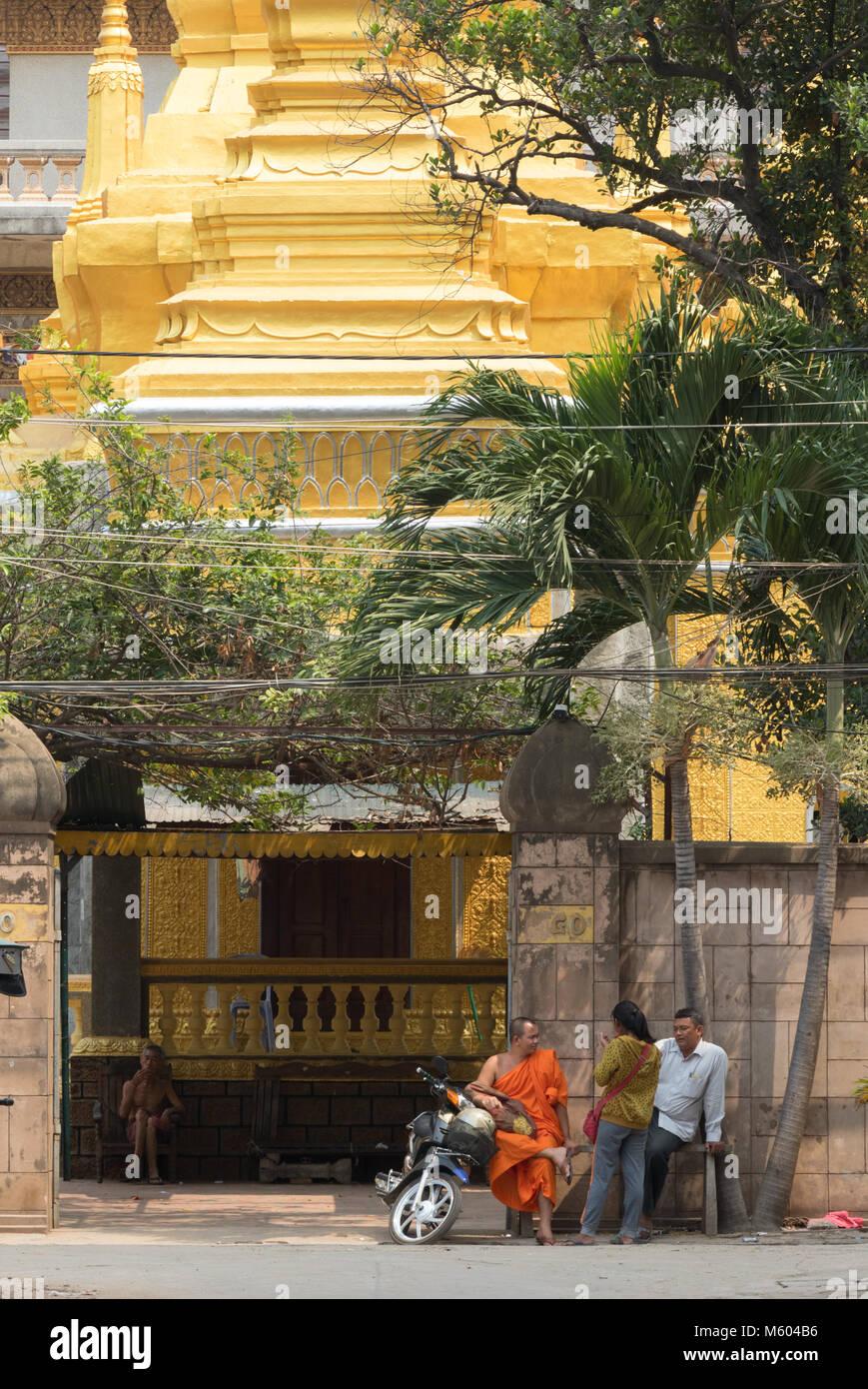 Phnom Penh Kambodscha - Straßenszene mit buddhistischer Mönch und Tempel, Phnom Penh, Kambodscha Asien Stockbild