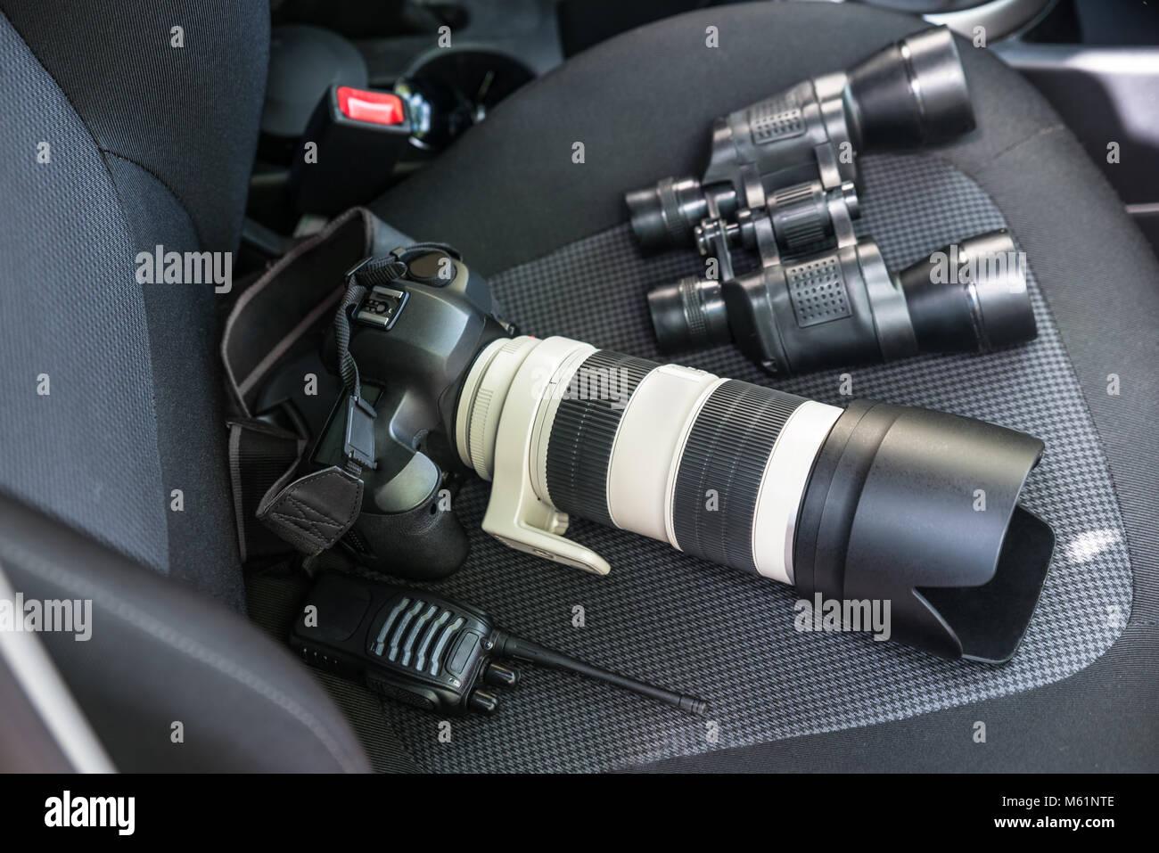 Ansicht von elektronischen Geräten auf Autositz Stockbild