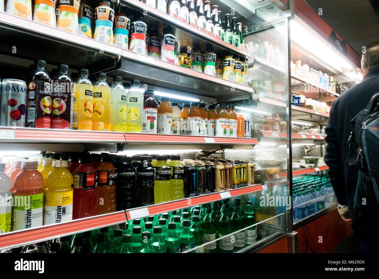 Kalte kohlensäurehaltige Getränke in offenen Anzeige Kühlschrank bei ...