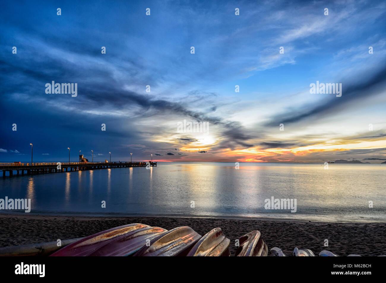 Dramatische fiery Sonnenaufgang am Palm Cove, Cairns Northern Beaches, Far North Queensland, FNQ, QLD, Australien Stockbild