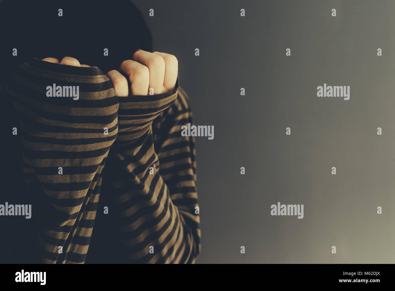 Verzweifelten Mann alleine Schreien, Low Key Porträt mit selektiven Fokus Stockbild