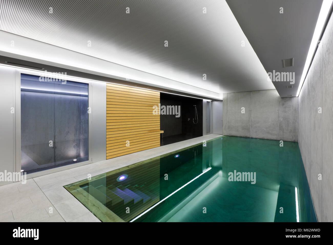 Moderne Sauna moderne beton haus, hallenbad mit sauna stockfoto, bild: 175855693