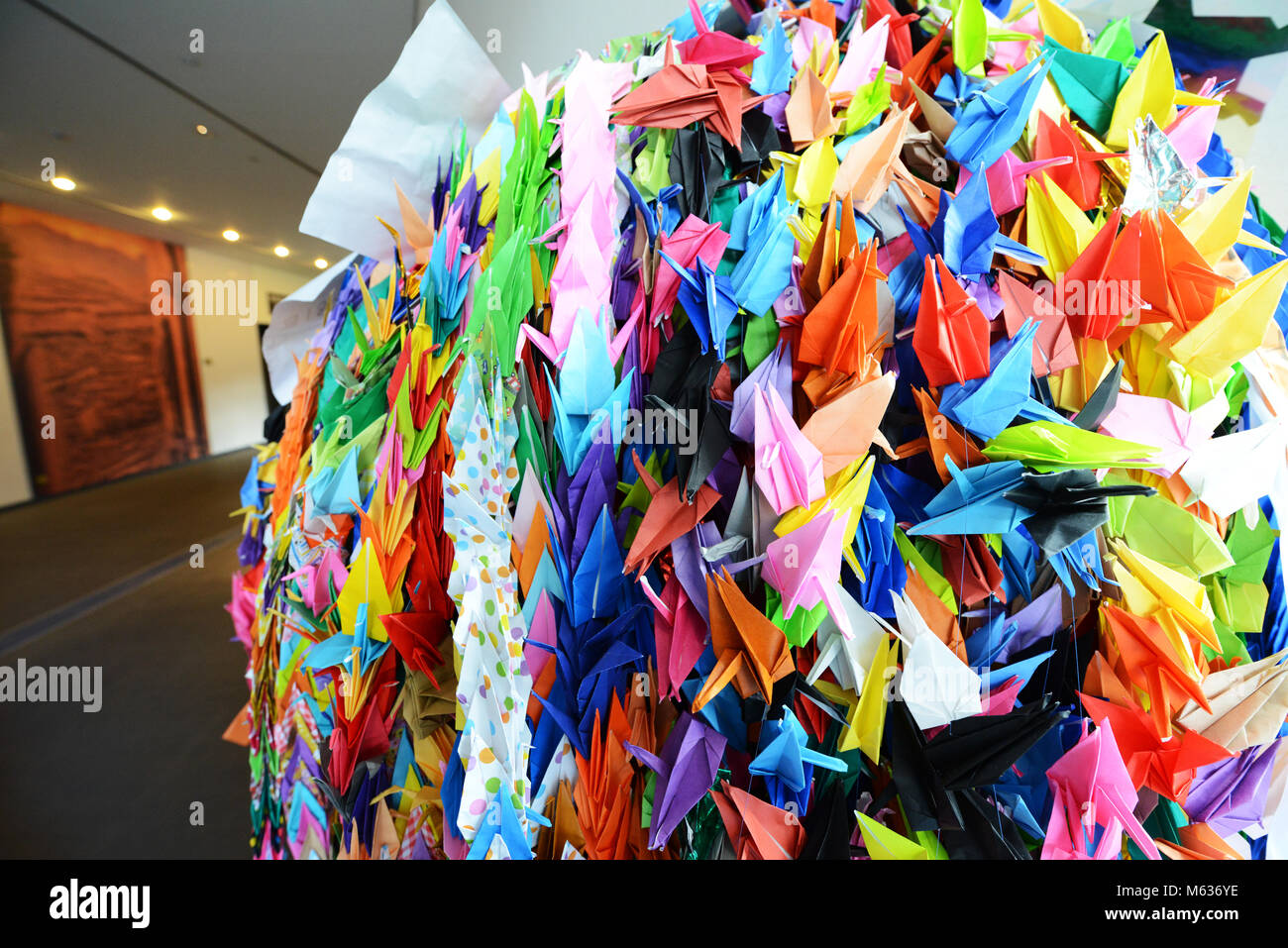 Kette von origami Papier Kräne an der Nagasaki Atomic Bomb Museum hängen. Stockbild