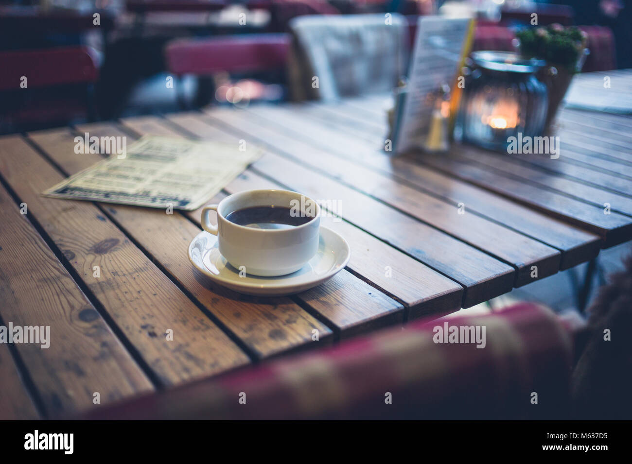Eine Tasse Kaffee auf einem Tisch in einem Cafe außerhalb Stockbild