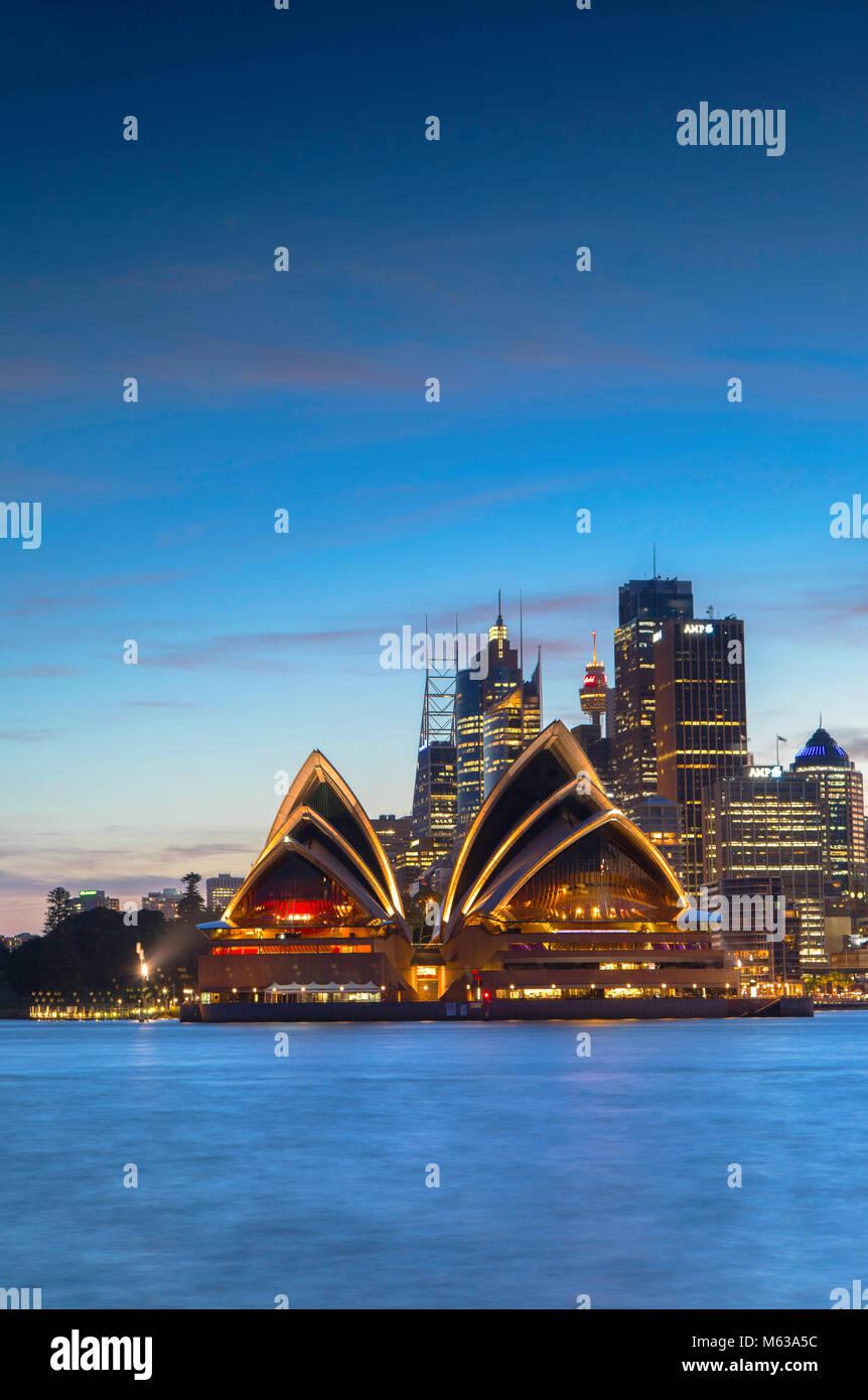 Sydney Opera House und die Skyline im Sonnenuntergang, Sydney, New South Wales, Australien Stockfoto