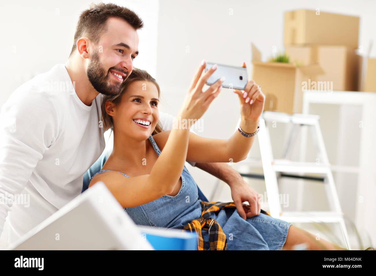 Glücklich nach Paar heraus bewegen oder in der neuen Heimat Stockbild