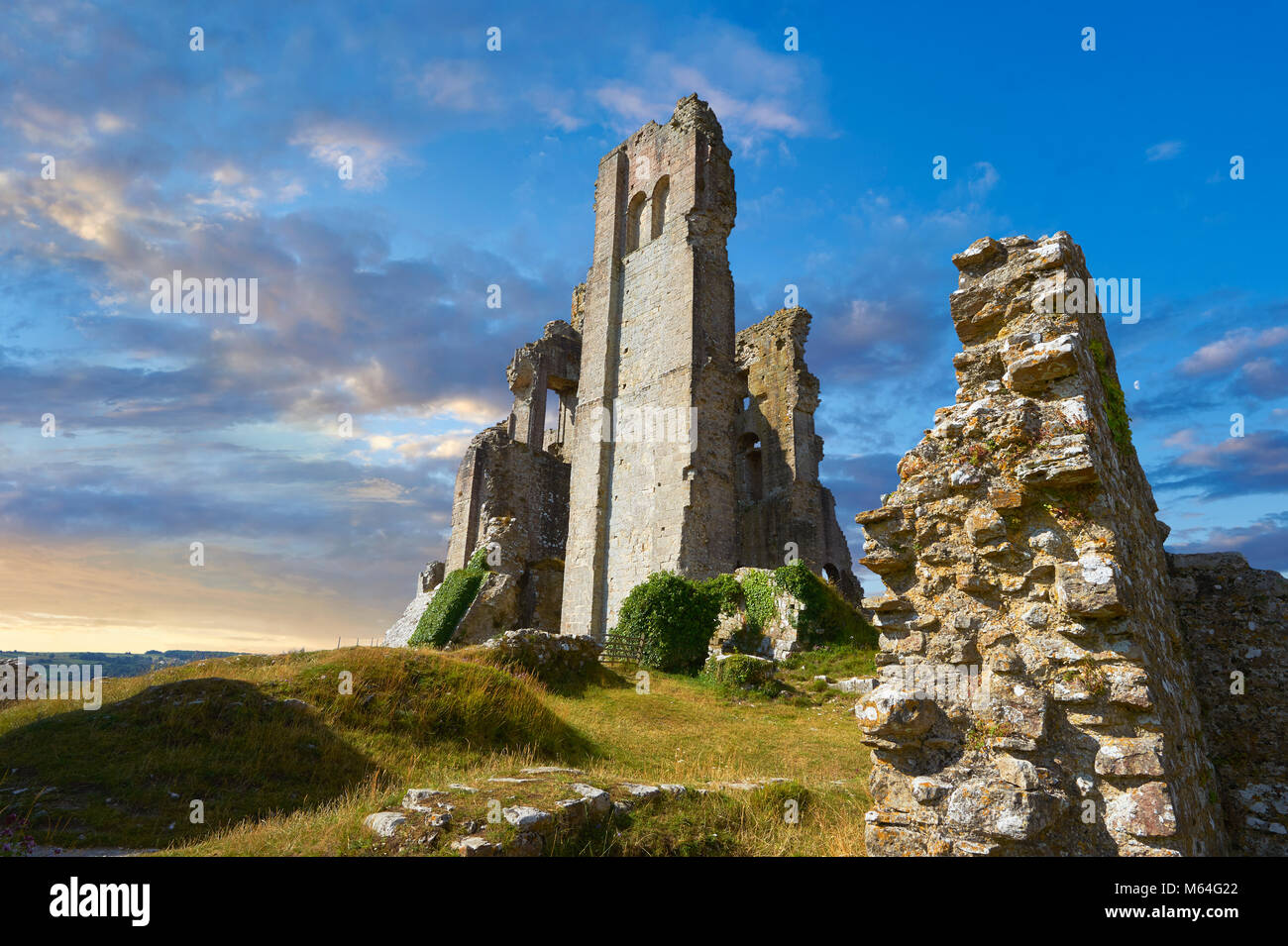 Mittelalterliche Corfe Castle dicht bis Sonnenaufgang, 1086 von Wilhelm dem Eroberer, Dorset England gebaut Stockbild