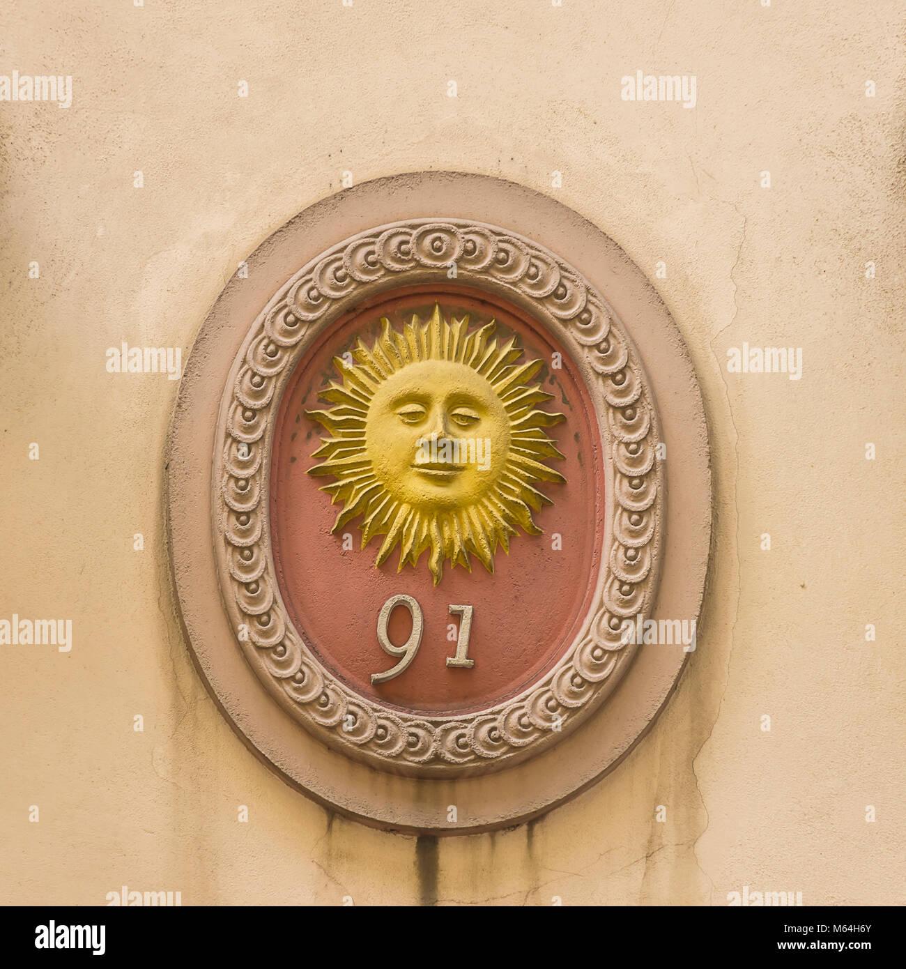 Sun Symbol auf der Hauswand von Denisova Gasse 91 in Klatovy, Tschechien. Stockbild