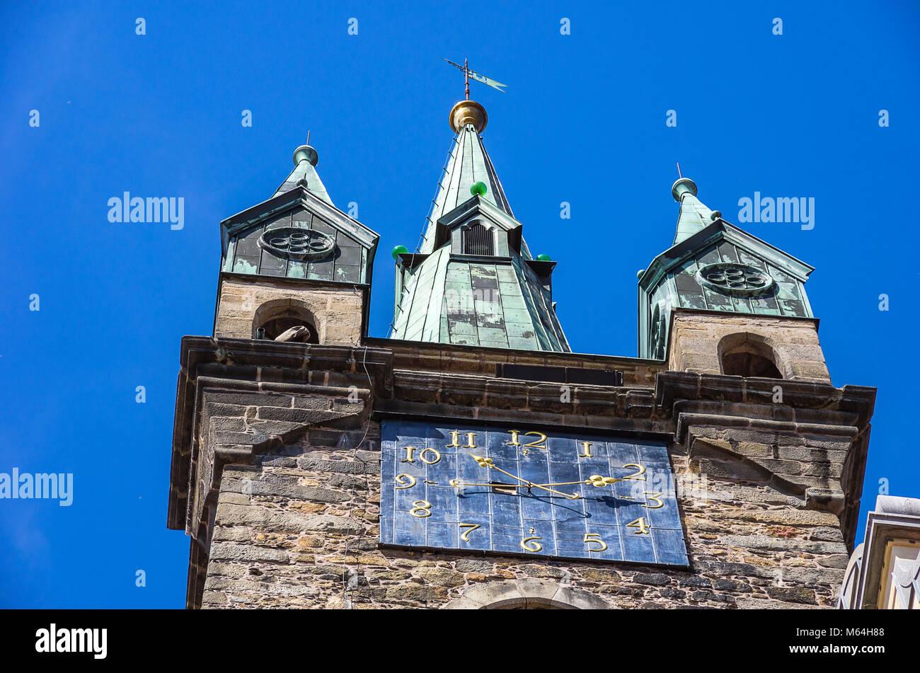 Klatovy, Tschechien - Blick auf die Uhr und die Turmspitze der Schwarze Turm. Stockbild
