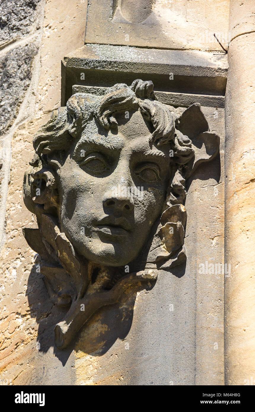 Klatovy, Tschechien - Kopf Skulptur in den Pfosten des gotischen Portal der Archdean Pfarrei Kirche der Geburt der Stockbild