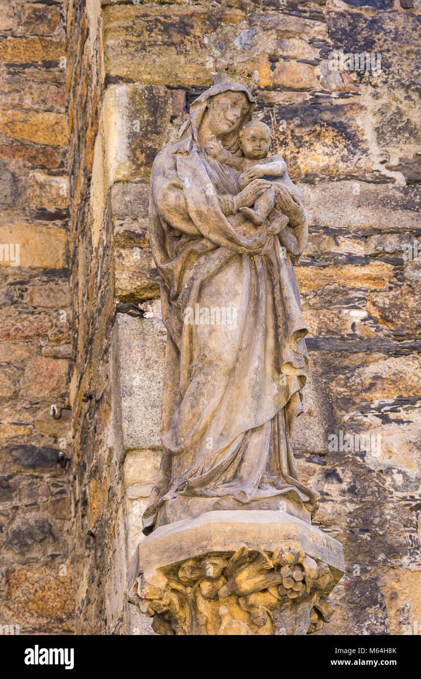 Klatovy, Tschechien - Statue der Madonna mit dem Jesuskind auf der Außenseite des Archdean Pfarrei Kirche der Stockbild