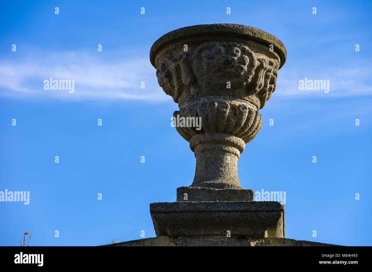 Chateau Tynec (Zamek Tynec) in der Nähe von Klatovy, Tschechien - Barocke amphora Stein Topf auf der Krone Stockbild