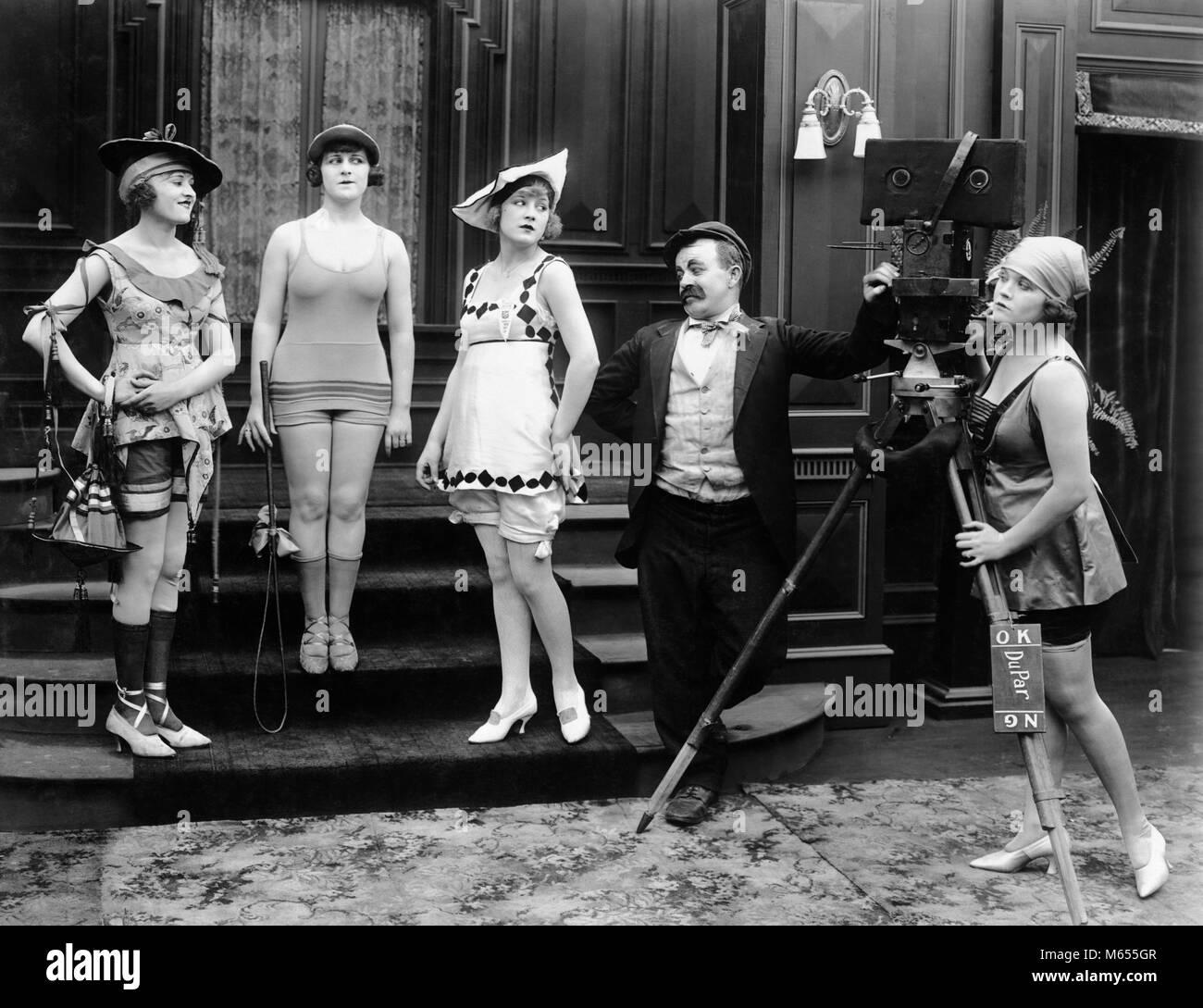 5cacc0f68ec754 1910 COMIC FOTOGRAF MIT MODELLEN IN KNAPPEN BADEANZÜGE STUMMFILM NOCH-asm  00721 CAM001 HARS 18-19 JAHRE POSING SILENT 1910s Komödie SILENT MOVIE  KLEINE ...