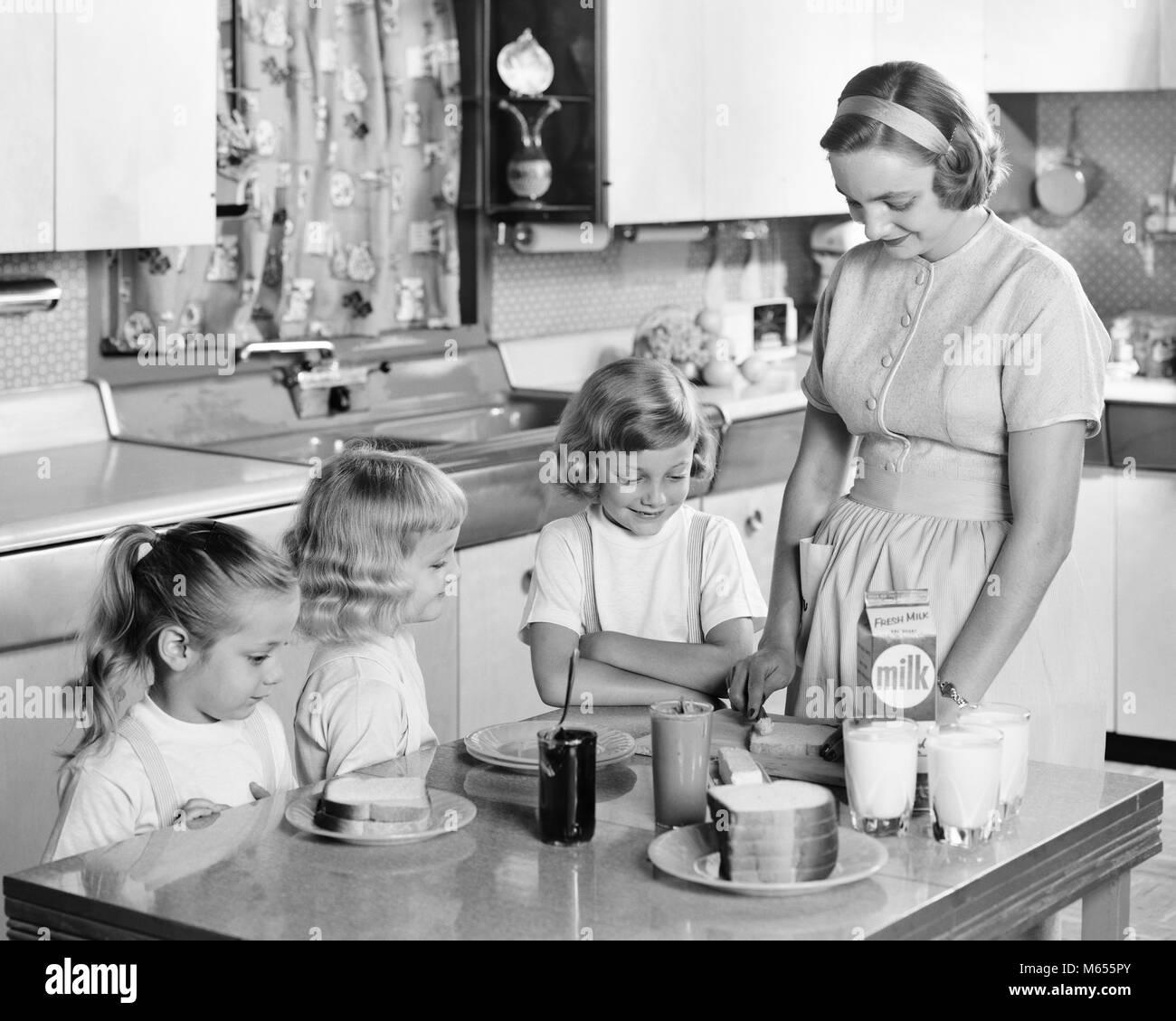 1950s Mutter Und Drei Töchter Am Küchentisch Mittagessen Peanut