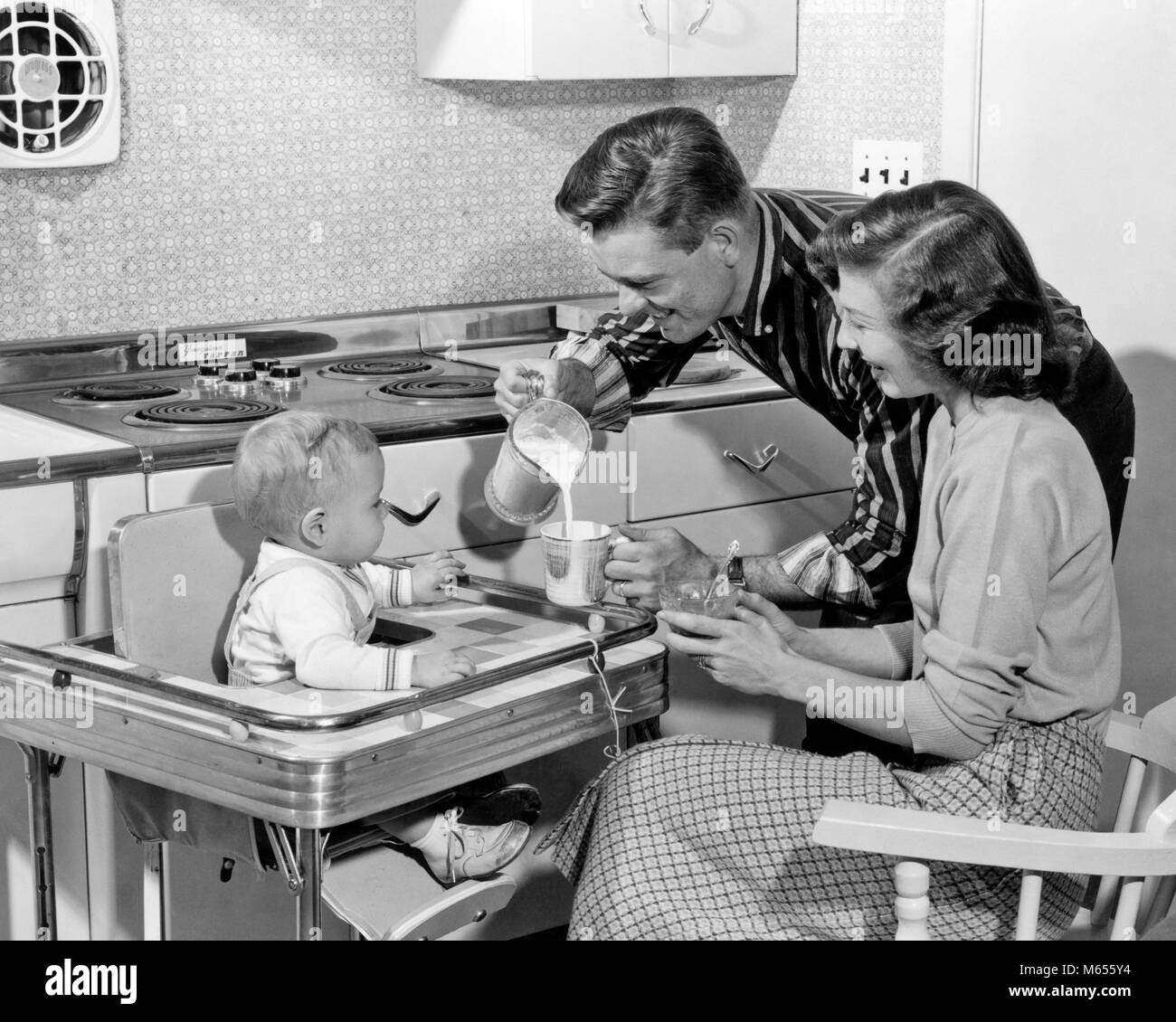 1950s Woman Kitchen Stockfotos & 1950s Woman Kitchen