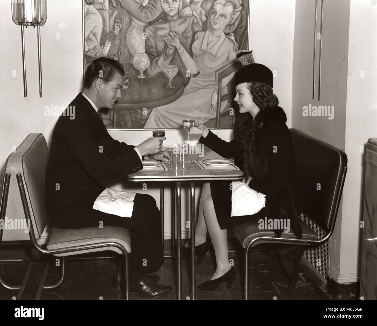 1940 Lachelnde Junge Paar Mann Frau Sitzen Zusammen Auf