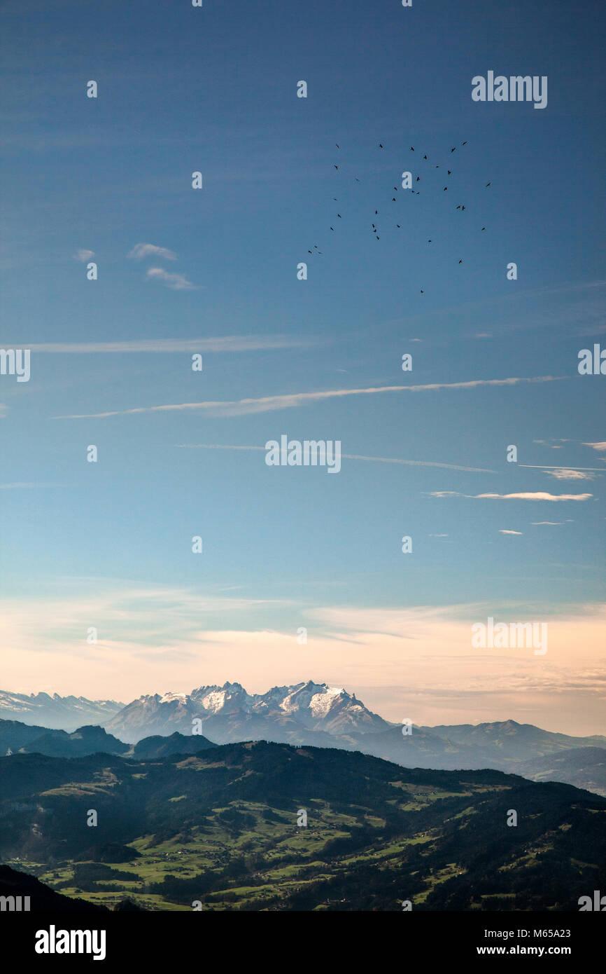 Blick vom Berg Hochgrad in Bayern, Deutschland auf den Berg Säntis in der Schweiz an einem klaren aber dunstige Stockbild
