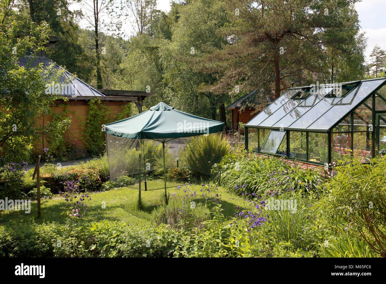 Die Gewächshaus- und Rotary Wäschetrockner in der ganzen Startseite suburban Garten am Zentrum für Stockbild