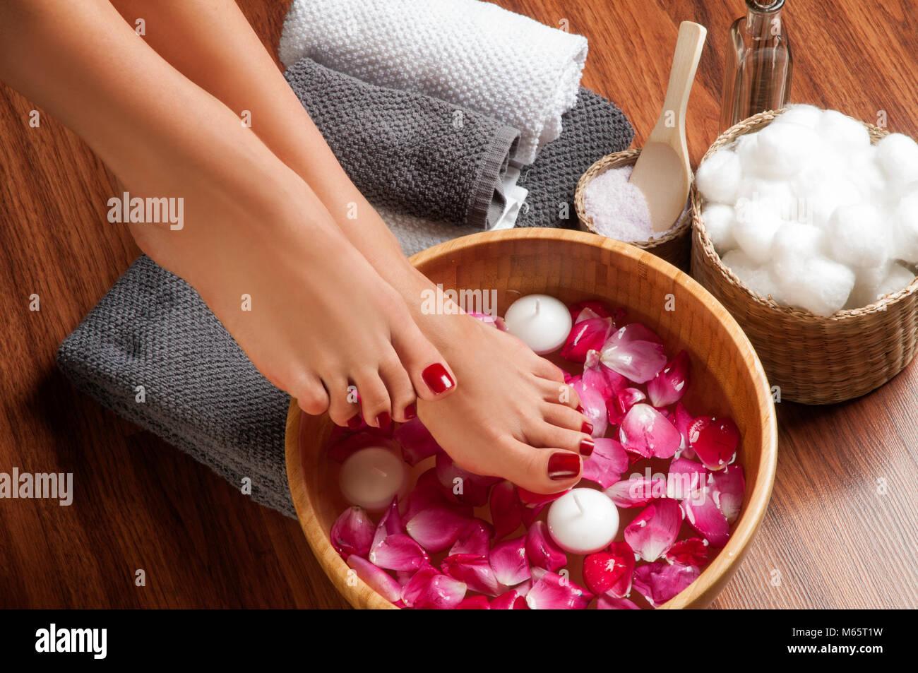 Nahaufnahme eines weiblichen Füße im Spa Salon auf Pediküre ...