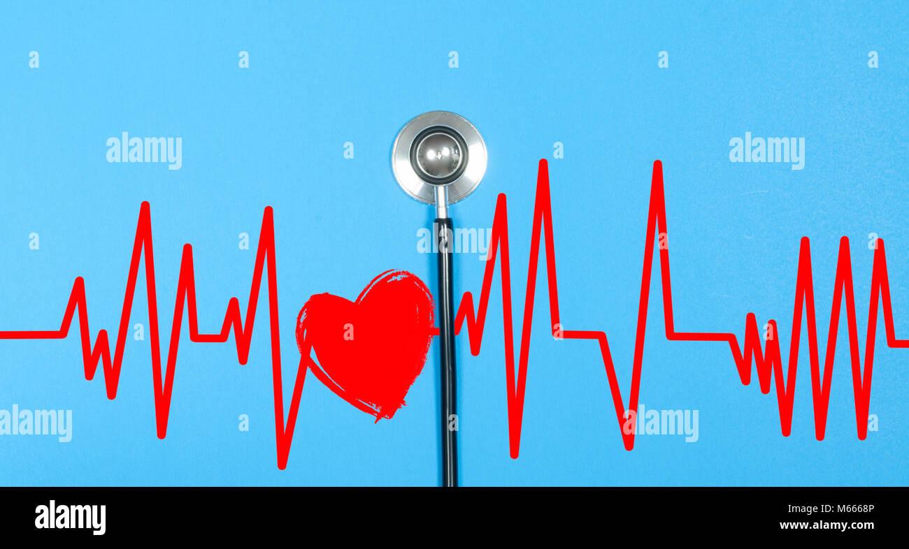 Medizinische Stethoskop und rotes Herz mit elektrokardiogramm auf blauem Hintergrund. Gesundheit Konzepte Stockbild