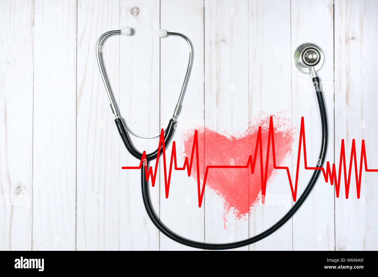 Medizinische Stethoskop und rotes Herz mit elektrokardiogramm auf dem Schreibtisch. Gesundheit Konzepte Stockbild